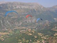 Parapentes en vuelo simultáneo