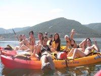 Pasándolo bien en las canoas
