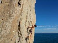 Escalando la pared junto al mar