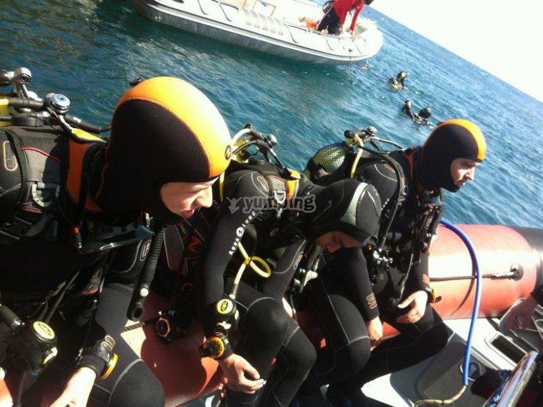 潜水员在Javea的船上