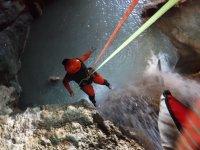 Sujeto a las cuerdas de seguridad en la cascada