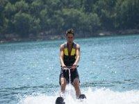 在水上滑雪