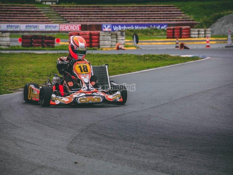 Tomando la curva del karting