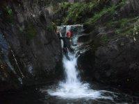 参观古代定居点的安全峡谷穿行林区