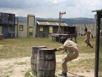 Corriendo a refugiarse tras los barriles