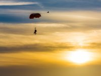 Paracaídas al atardecer