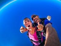 Subidón saltando en paracaídas