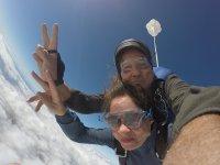 Saludando antes de abrir el paracaídas