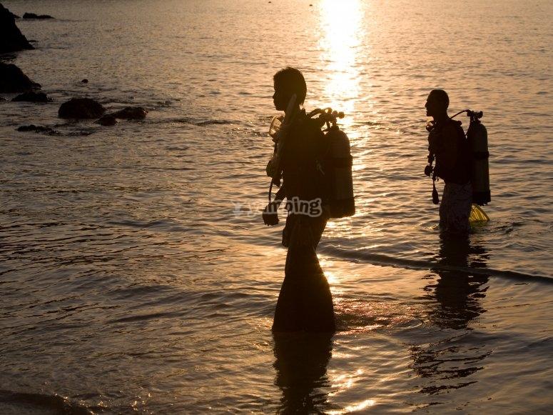 阿尔梅塔拉海岸的潜水员