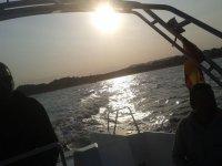 En el barco mientras desciende el sol