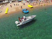 Preparando la embarcacion en la orilla