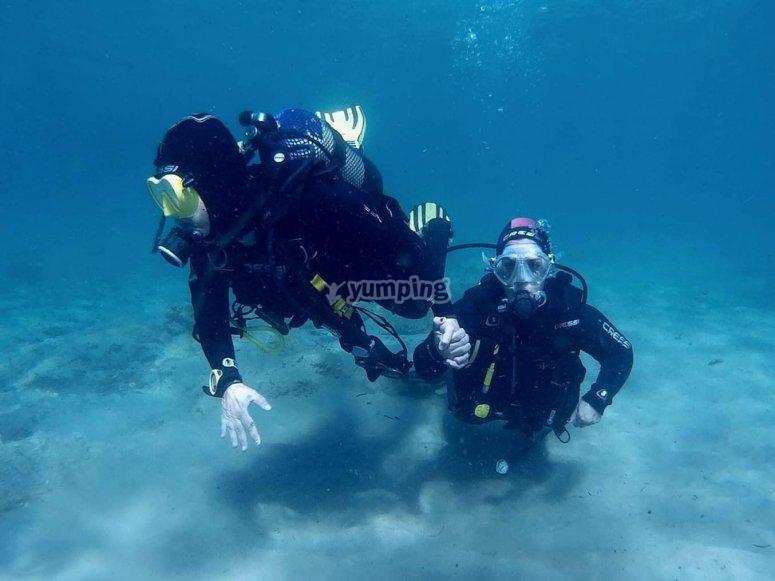 Buzos durante la inmersión