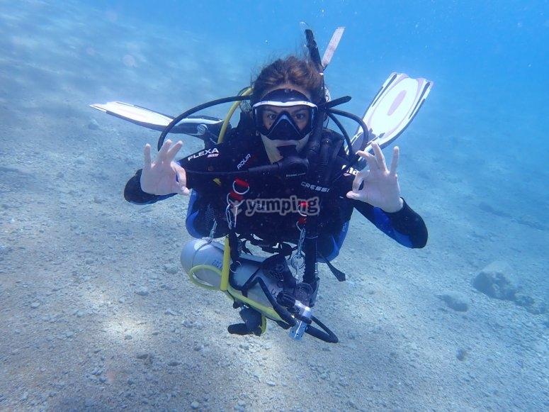潜水过程中的潜水员