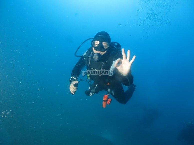 潜水员向相机挥手