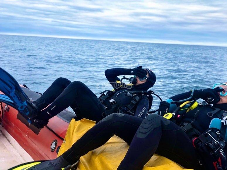 潜水员从船上潜水