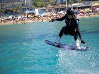 Mujer realizando acrobacia de wakeboard