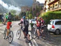 通过山地村庄骑自行车