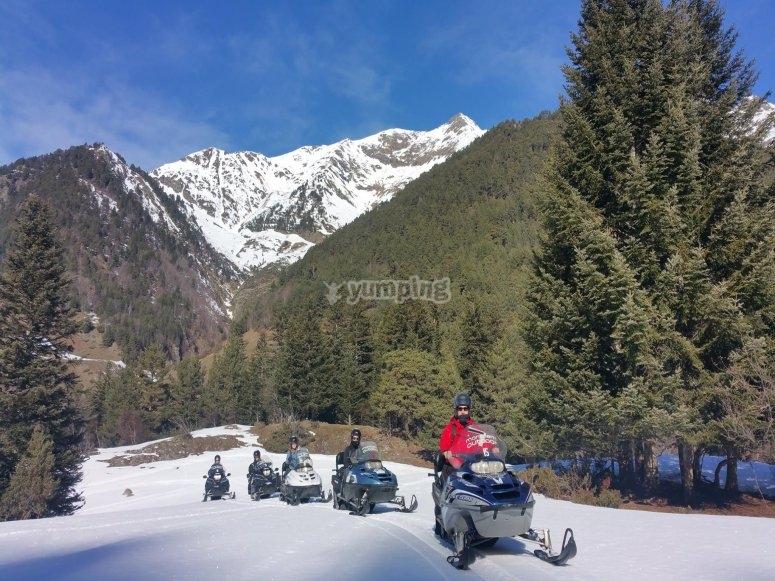 Motos de nieve en los Pirineos