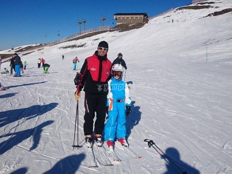 实践滑雪教练和学生一流的滑雪场