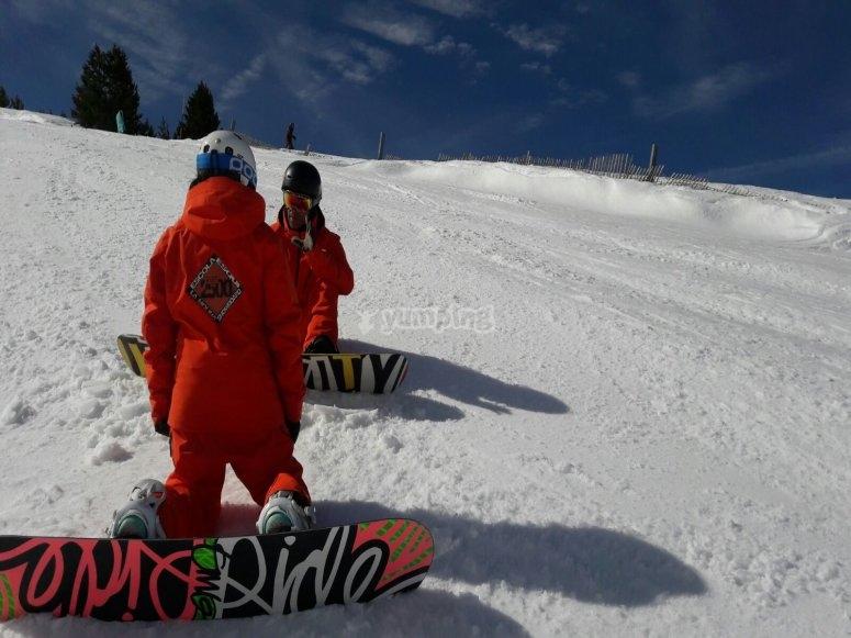 Junto al monitor de snowboard