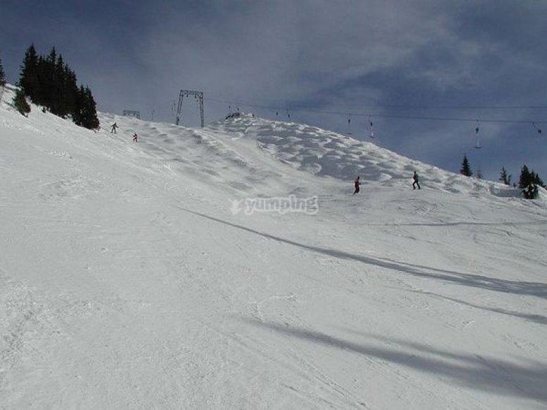 Alquila material de esquí y disfruta de una clase