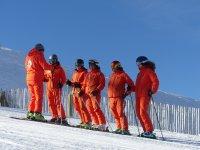 有滑雪教练的学生