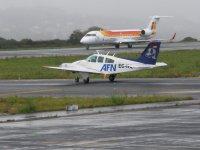 Junto a avion comercial