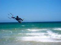 Combina el vuelo y la navegación por las olas