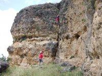 Ayudando al escalador en la roca