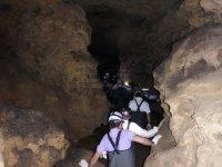 Entrando en fila en la cueva
