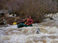 En una balsa neumática por los rápidos del río