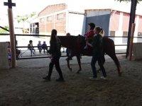 El peque sobre el caballo