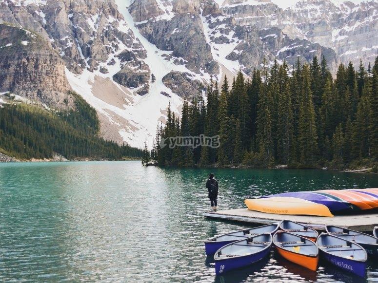 Frente a las montañas nevadas con los kayaks