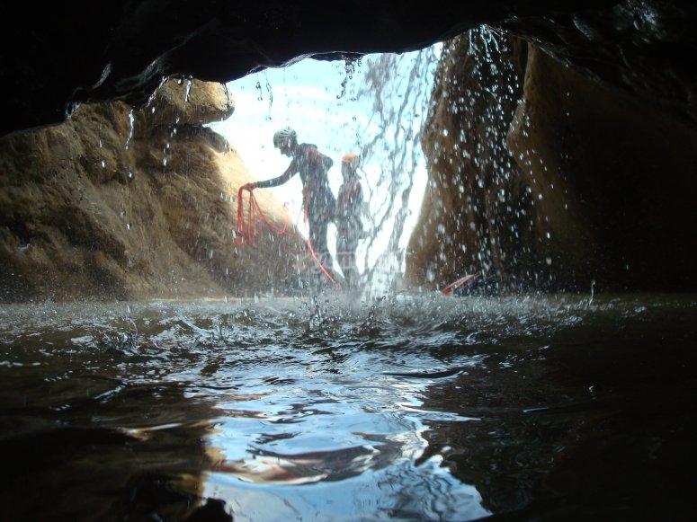 在峡谷漂流活动期间