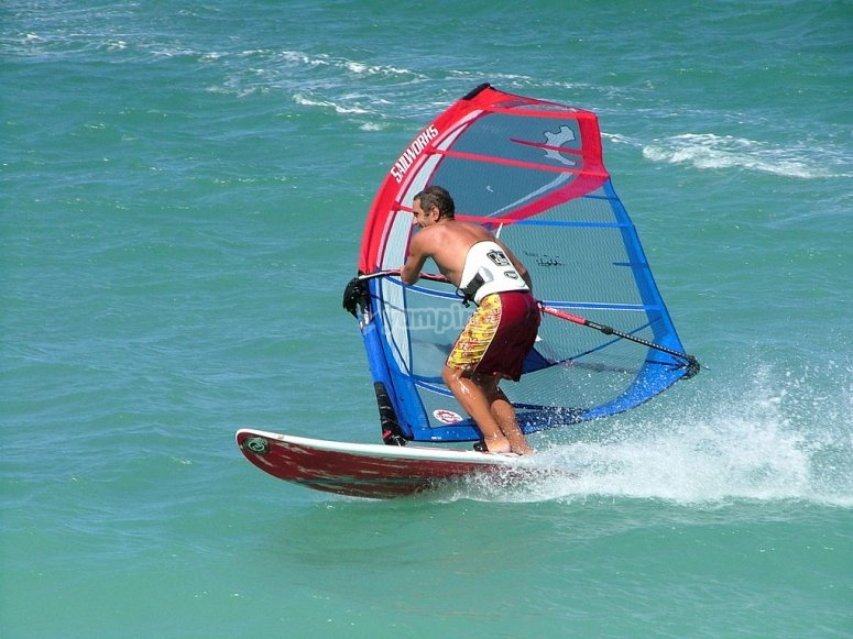 Ragazzo che pratica il windsurf