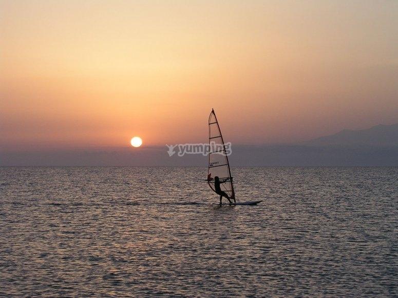 Windsurf durante il tramonto