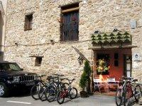 Bicicletas aparcadas en la entrada