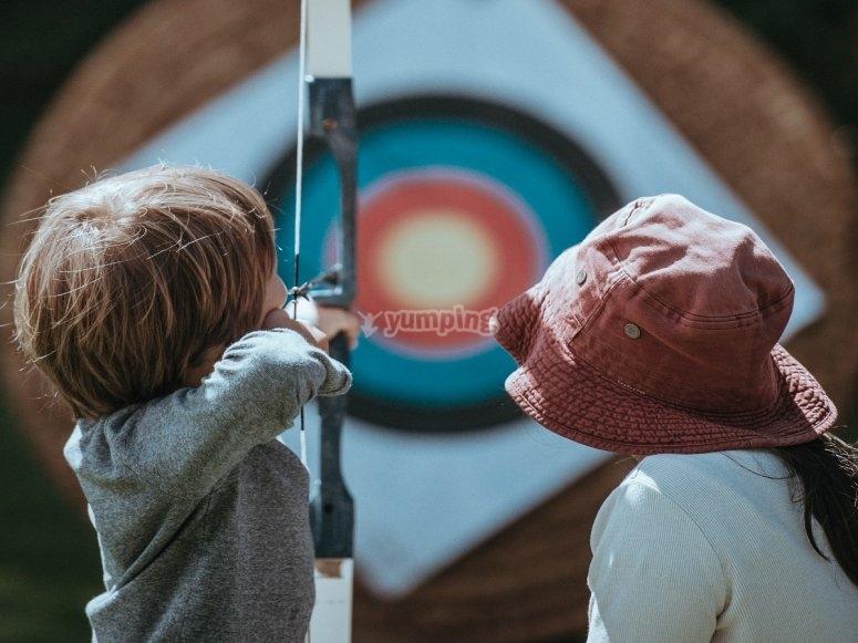 Niños con el arco apuntando