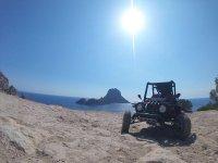 Buggy aparcado en la costa ibicenca
