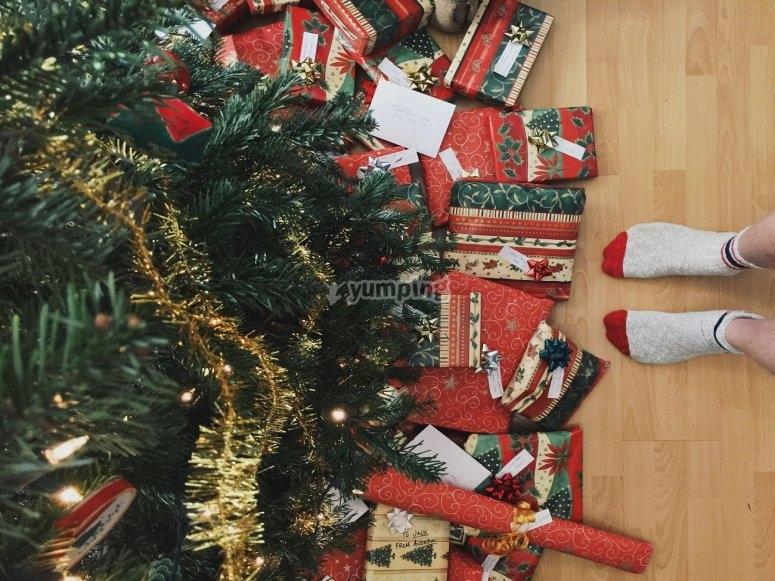 Regalos bajo el árbol de Navidad