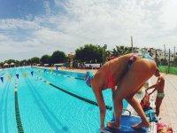 Nadadora a punto de saltar