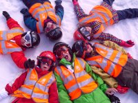 儿童滑雪和雪地课程