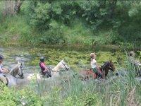 Dentro del rio sobre los caballos