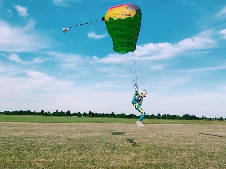 Paracaidista aterrizando