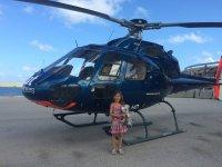 Peque junto al helicoptero