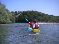 Canoa hacia los arboles