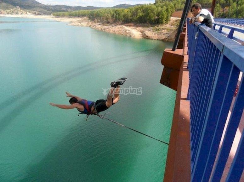 Experimenta un salto de puenting en Yeste