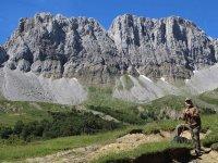 Frente a grandes paredes rocosas