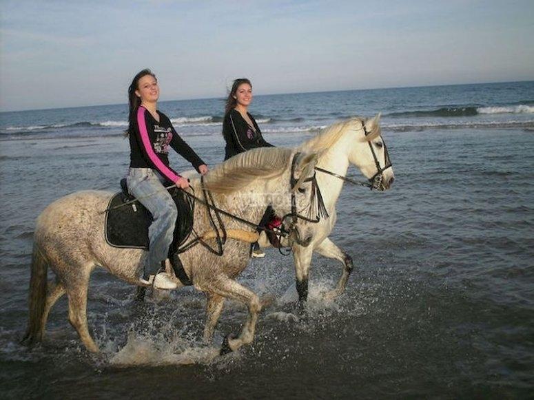 Cabalga hacia el atardecer en la playa de Sant Joan