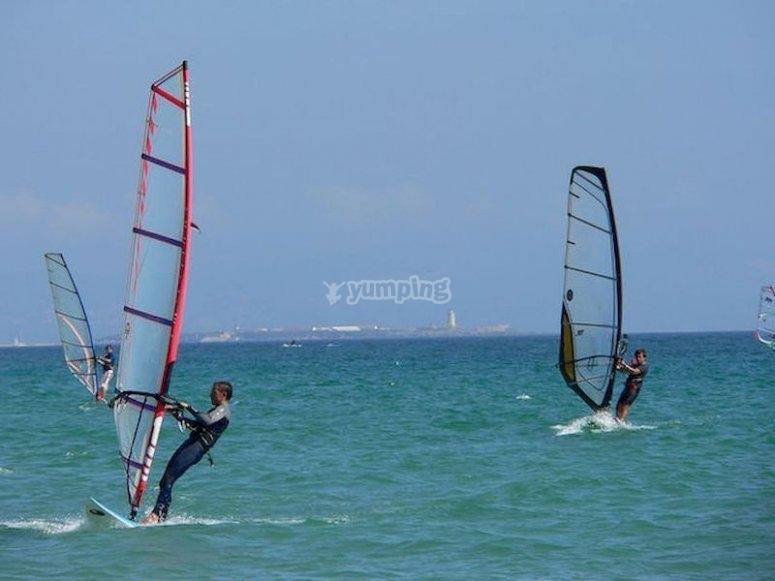 Déjate llevar por el viento en Playa Serena practicando el Windsurf